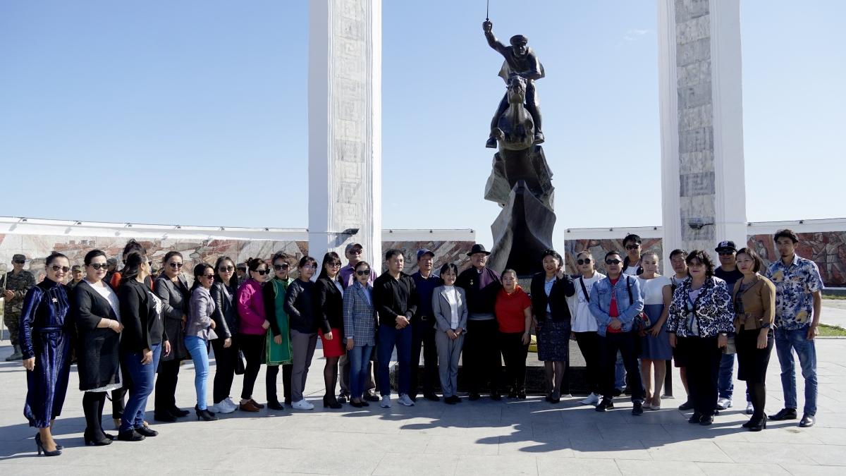 """""""Ялалт"""" музейн захирал, Монгол Улсын Соёлын гавьяат Л.Мягмарсүрэнд хүндэтгэл үзүүлэн угтаж авлаа"""