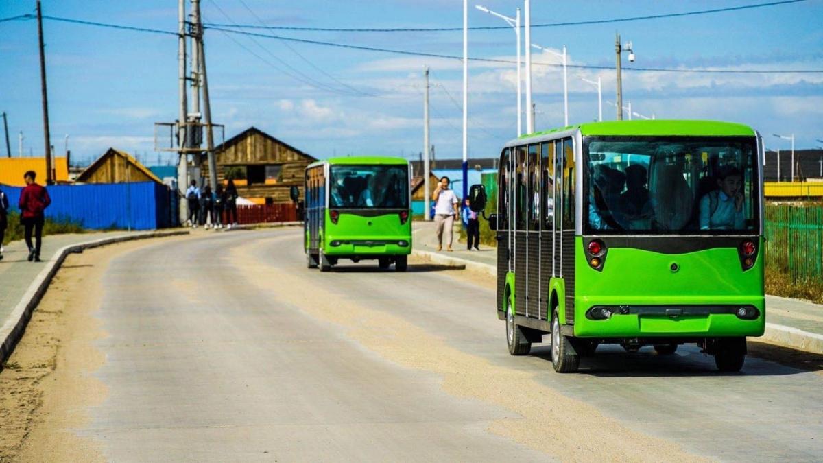 Ерөнхий боловсролын гурван сургуульд сурагчийн эко автобусыг хүлээлгэн өглөө