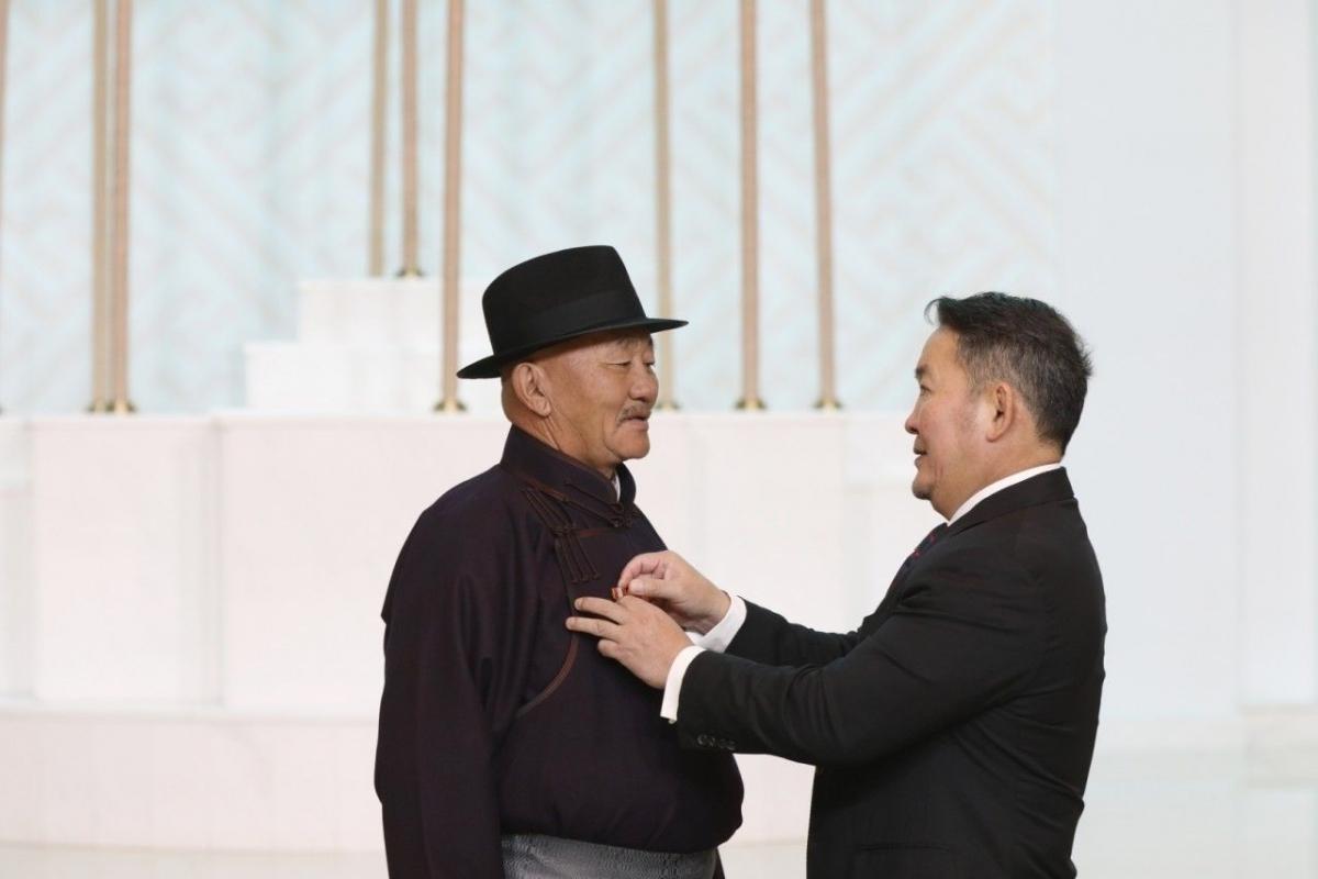 """""""Ялалт"""" музейн захирал Л.Мягмарсүрэнд Монгол улсын гавьяат цол хүртээлээ"""