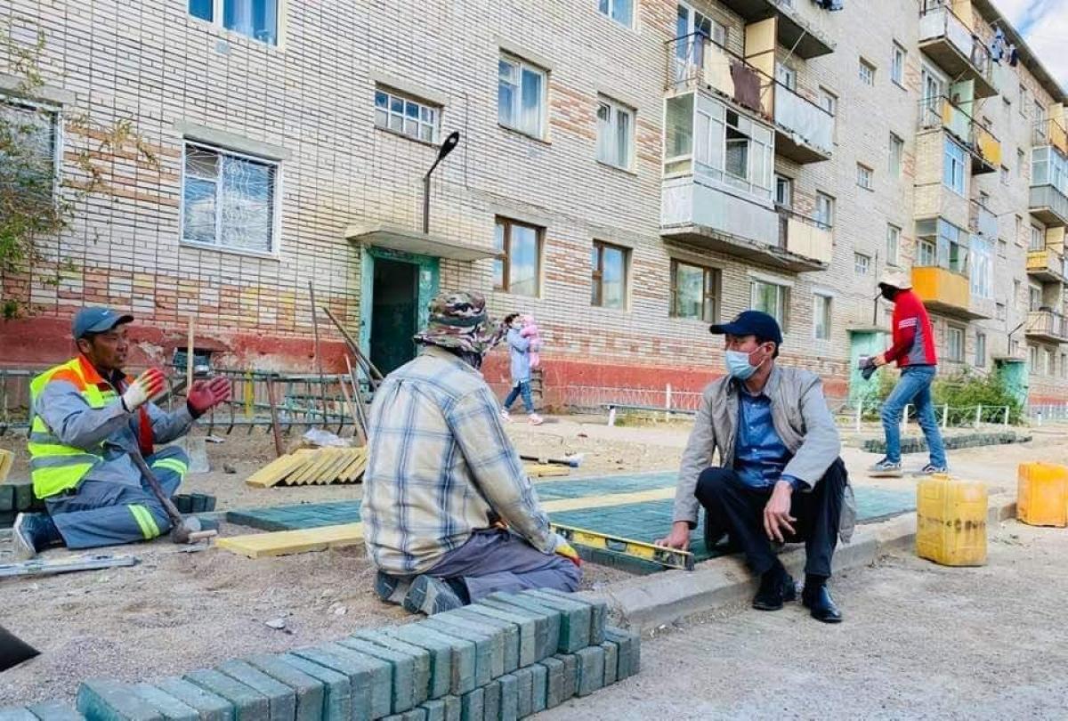 Нийтийн орон сууцны 11 байрны гадна талбайд явган хүний зам тавьж байна