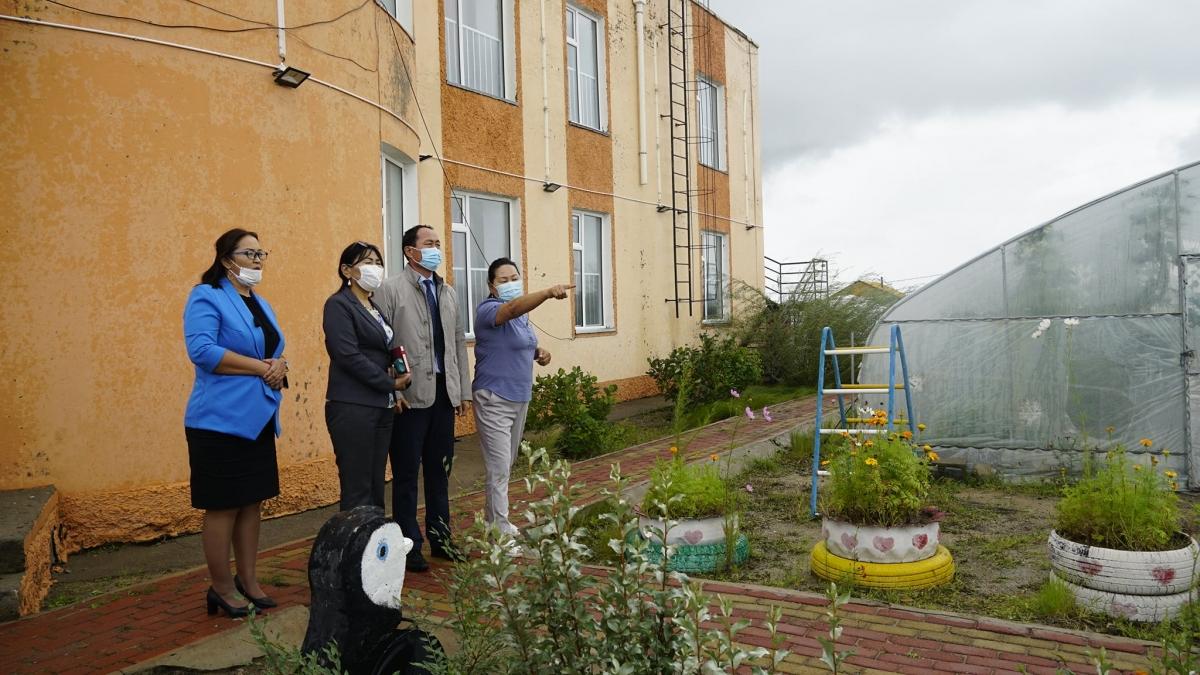 Аймгийн Засаг дарга бөгөөд аймгийн Хүүхдийн төлөө зөвлөлийн дарга М.Бадамсүрэн цэцэрлэг, сургуулиудад ажиллаж, хичээл сургалтын бэлэн байдалтай танилцлаа