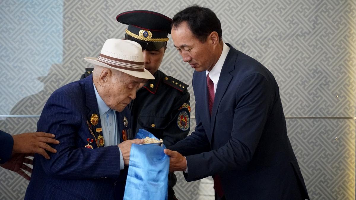 1945 оны чөлөөлөх дайнд оролцсон ахмад дайчин Яринпилийн Өсөхөд хүндэтгэл үзүүллээ